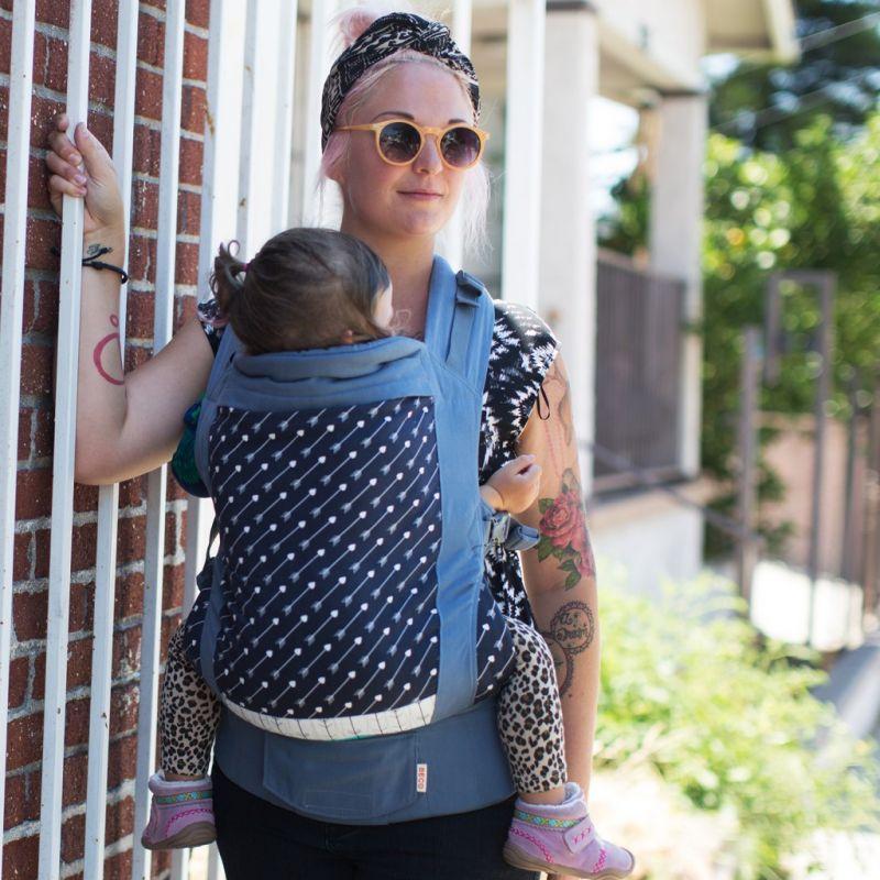Portage sur le vente avec le porte-bébé beco arrow