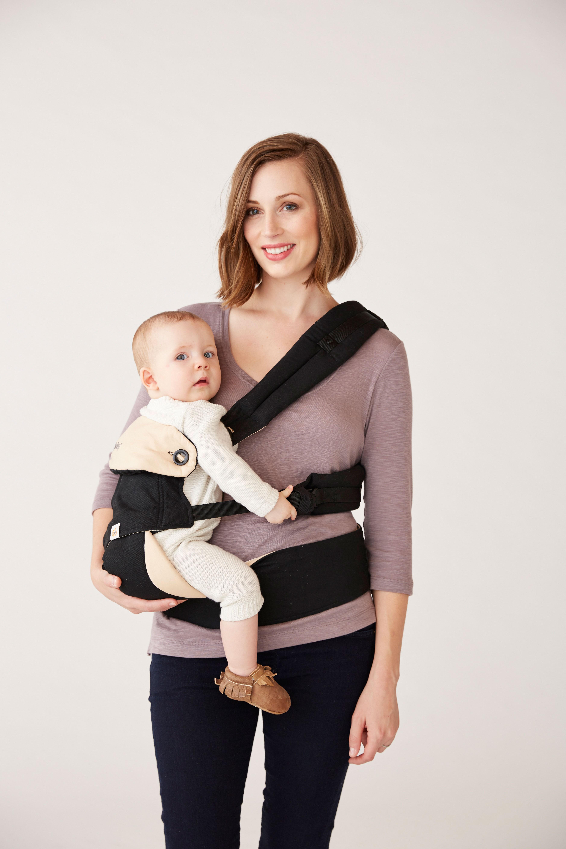 position porte-bébé Ergo baby sur le coté