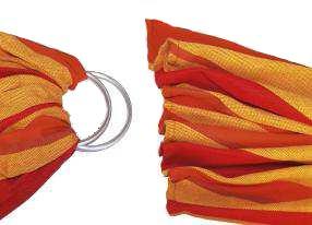 l'écharpe est pliée en acordéon prète à passer dans les anneaux