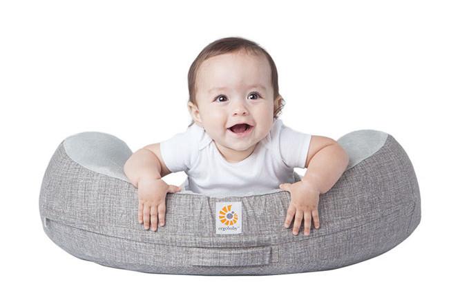Bébé peut s'allonger sur le Natural curve Ergobaby