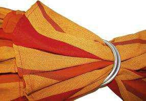 le tissu passe dans les deux anneaux de l'écharpe Storchenwiege